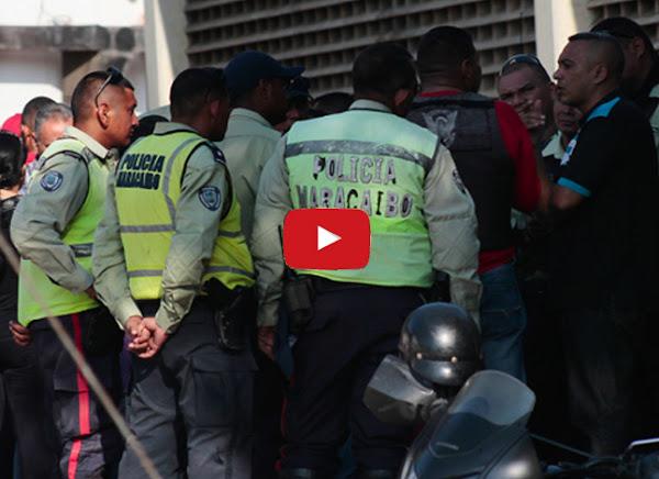 Policías interrumpen una misa para multar carros estacionados