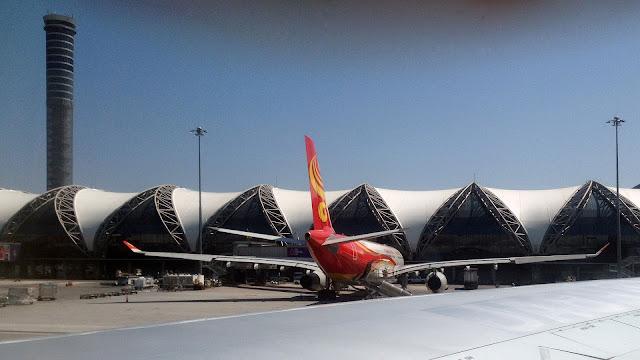 Изображение здания аэропорта Суварнабхуми и самолёта рядом с ним