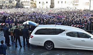 Ράγισαν καρδιές στην κηδεία του Ντάβιντε Αστόρι- Συγκεντρώθηκε χιλιάδες κόσμος