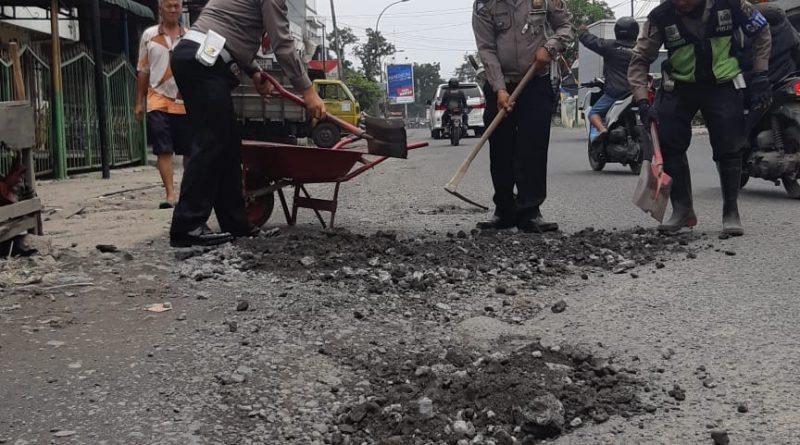 Atasi Kemacetan, Satlantas Polres Belawan Timbun Jalan Berlobang