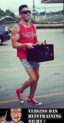 Starker Bizeps Muskel - Lustiger Mann beim Kiste tragen - Vergiss den Bein-Tag nicht