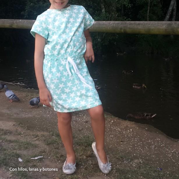 Con hilos, lanas y botones: Vestido de estrellas con cordón en la cintura (La Robe à Taille Coulissée - Les Nouveaux Intemporels pour Enfants)