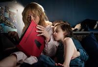 Cena que mãe e filho leem o livro do Babadook.