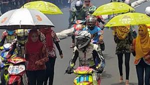 """Para Peserta Road Race Gerbang Salam Dilindungi """"Wanita Berjilbab"""""""