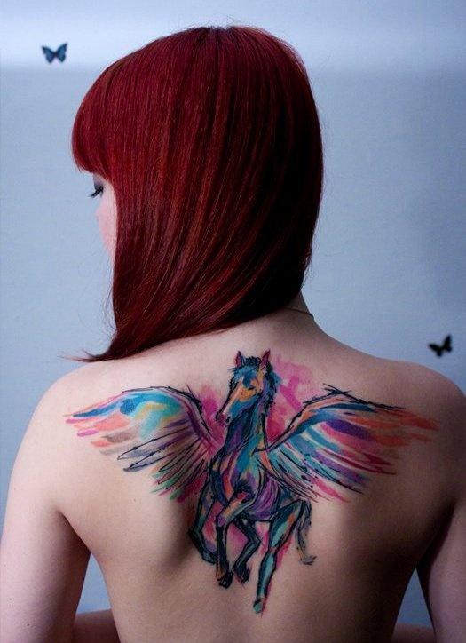 foto de un tatuaje de caballo en la espalda de una chica
