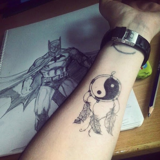 Yin Yang tatuagem em um apanhador de sonhos design. Este design reproduz a aparência de um apanhador de sonhos, onde há penas anexado a ele.