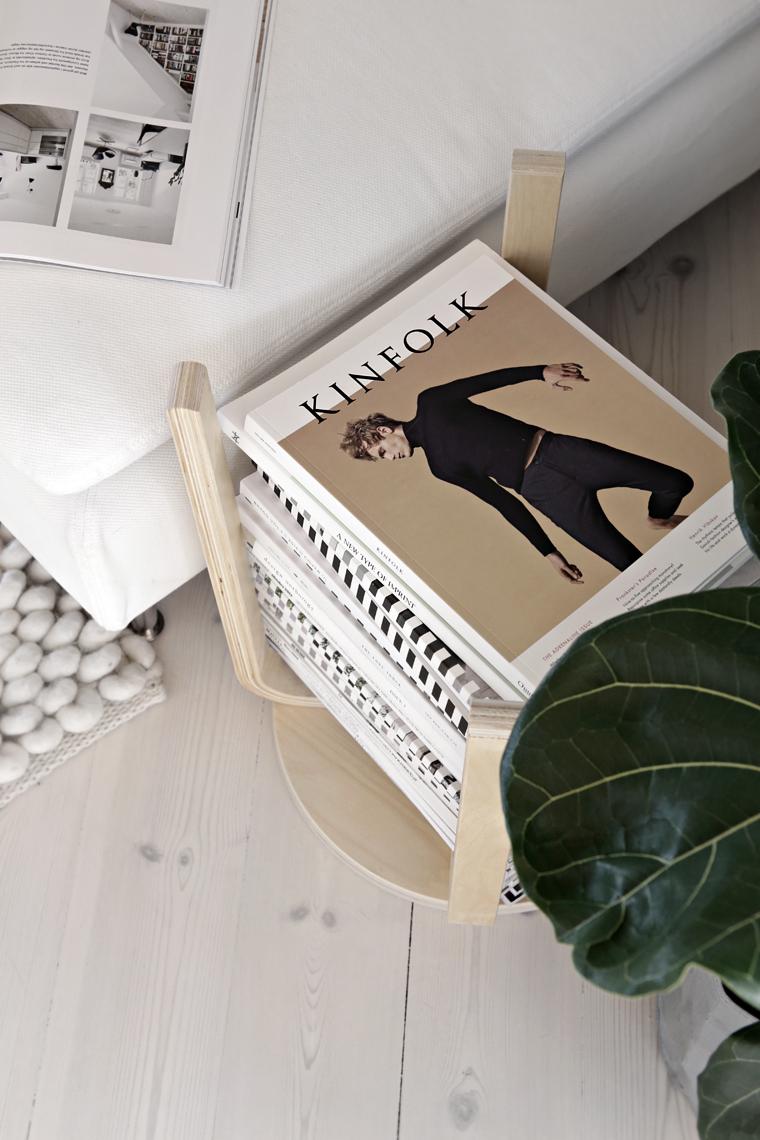 Un tabouret Ikea renversé en guise de range-revues