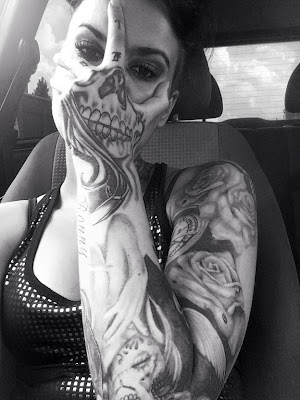tatuaje de mujer labios rojos