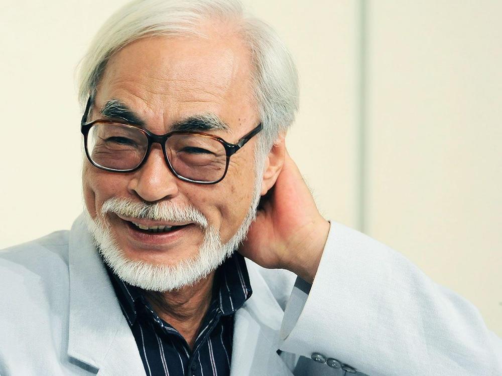 Uśmiechnięty reżyser Hayao Miyazaki