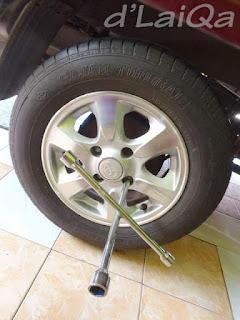 kendurkan baut roda