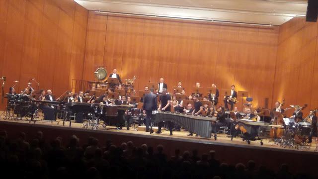 das Bild zeigt ein Sinfonieorchester