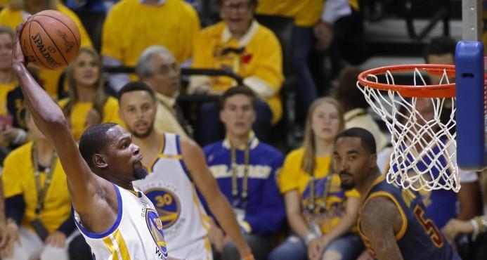 Kevin Durant se exhibe ante LeBron James y da primer triunfo a Warriors