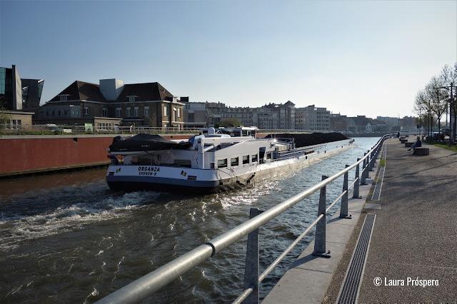 Urbanismo: para tornar o rio Lys acessível aos barcos de grande porte foi necessário endireitar e expandir seu curso no centro da cidade.