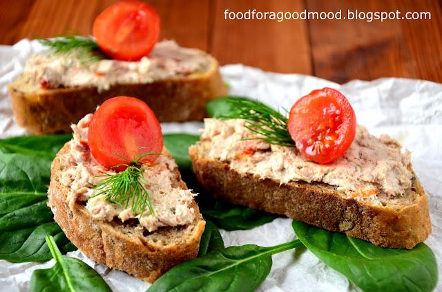 Doskonała na kanapki, ale też jako farsz do jajek ugotowanych na twardo (pomyślcie o tym, niedługo Wielkanoc :)). Ekspresowa w przygotowaniu, smaczna i zdrowa. W asyście dobrego chleba smakuje znakomicie :)