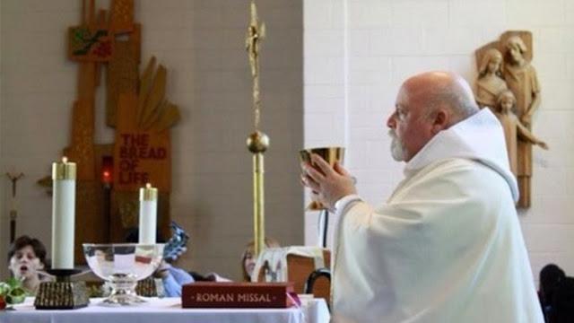 Sacerdote católico 'recomienda' suicidarse a los descontentos con las medidas de Trump