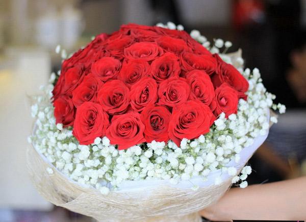 Bánh sinh nhật và hoa đẹp