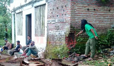 Kondisi posko Laskar Hijau dan pohon yang dibabati