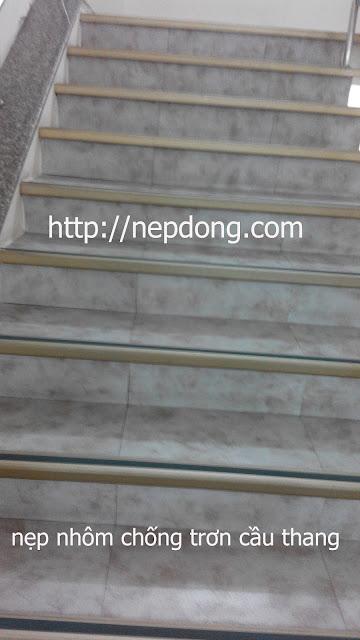 nẹp nhôm chống trượt cầu thang
