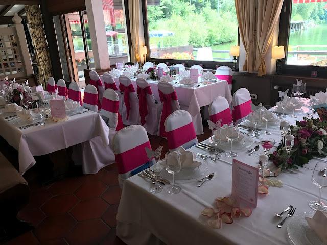 Hochzeitsdinner im Seehaus Pink travel themed wedding - Reise ins Glück Hochzeitsmotto im Riessersee Hotel Garmisch-Partenkirchen, Bayern Sommerhochzeit im Seehaus in den Bergen, Hochzeitsplanerin Uschi Glas