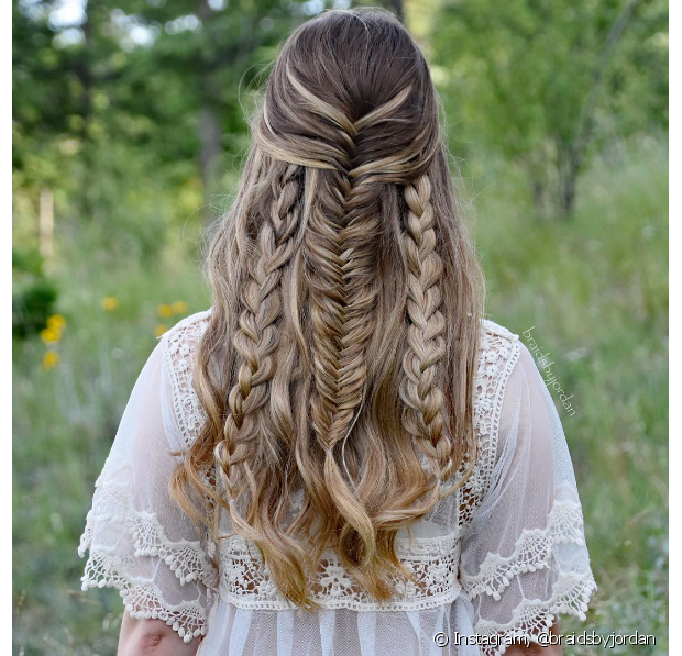 Penteados fáceis e com tranças, são ótimos para diversas ocasiões e combinam com tudo. Por ser um estilo de penteado fofo, moderno, chique e ousado, ele pode ter adereços como flores, tiaras, pérolas e outros que vão fazer toda a diferença e deixar o seu penteado mais lindo. Mas também os penteados simples com tranças podem te deixar incrível, basta fazer o penteado certo para a sua ocasião.