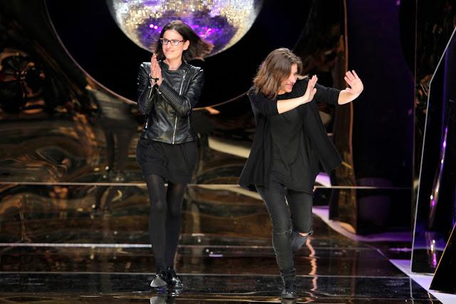 Las hermanas Yolanda y Cristina saludando después del desfile de su  nueva colección para 2017