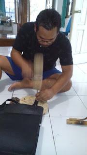 memasang aksesoris tas