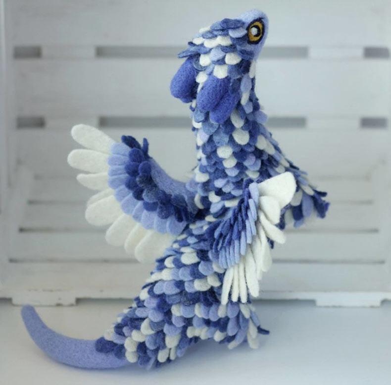 Dragones de fieltro son cada uno hecho con minúsculos detalles para revelar sus historias de fondo
