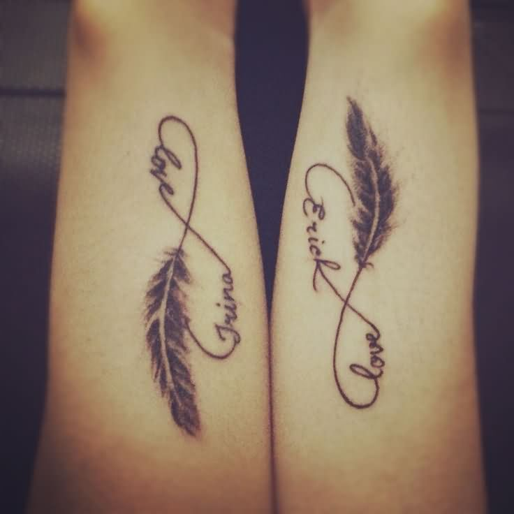 Vemos un tatuaje en pareja  de pluma con el nombre de la pareja