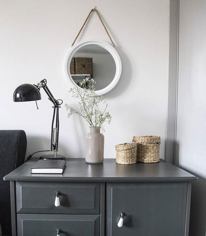 Decoração com flores: quarto minimalista com flores brancas