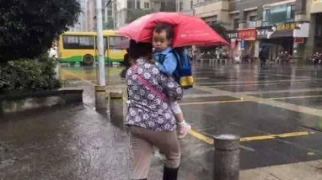 Niatnya Memayungi Cucunya Agar Tidak Kehujanan, Namun Yang Terjadi Seperti Ini..