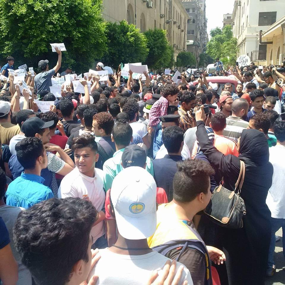 تظاهر المئات من طلاب الثانوية العامة، للمطالبة بإلغاء التنسيق عقب وقائع تسريب والغاء الامتحانات.