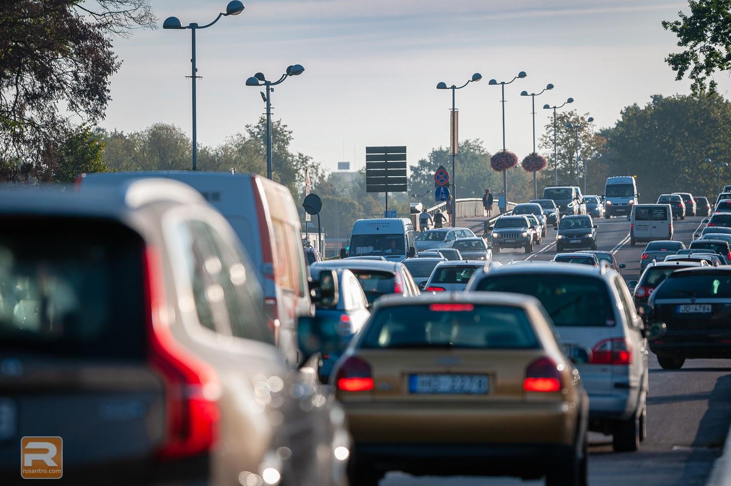 Liela auto kustība uz ielas