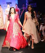 Karishma Kapoor Ramp Walk-thumbnail-8