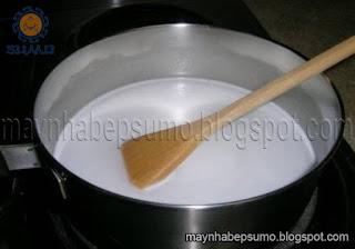 Cho nước cốt dừa và sữa vào nồi rồi đun sủi lăn lăn