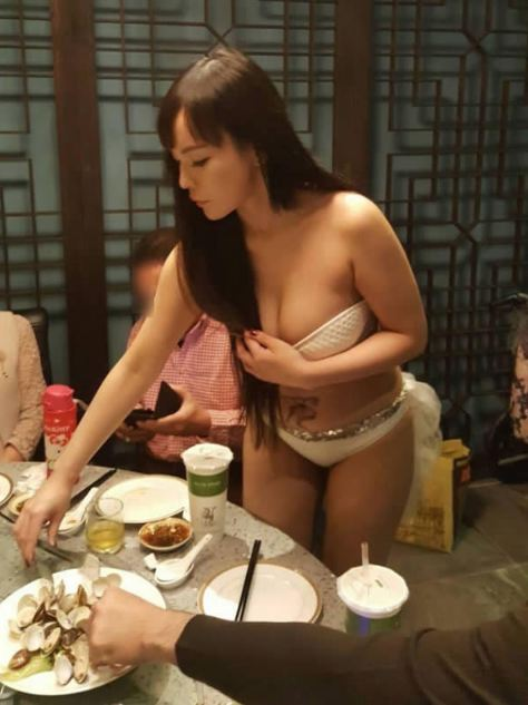 Netizens Went Crazy with This New Hot Pot Restaurant in Taiwan Where Waitresses Serve Food in Their Bikinis! Crazy!Netizens Went Crazy with This New Hot Pot Restaurant in Taiwan Where Waitresses Serve Food in Their Bikinis! Crazy!