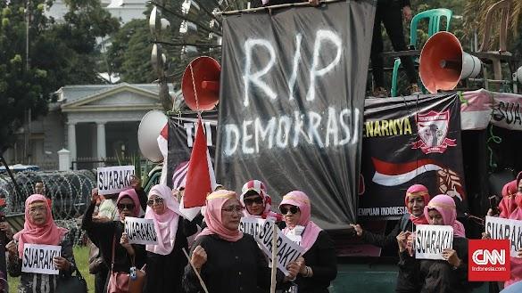 Emak-Emak Geruduk Istana Tuntut Keadilan Pemilu