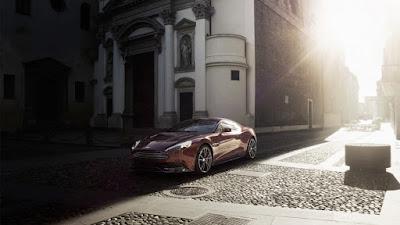Aston Martin en las calles de un pueblo bajo el sol