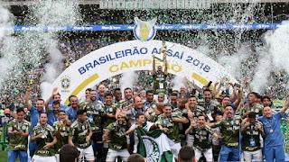 Dudu não garante permanência no Palmeiras, mas ressalta: 'Estou feliz aqui' (Futebol Interior) - Poster do  site Futebol Interior foto feita em 02-12-2018 após o jogo das faixas e entrega da taça de campeão Palmeiras 3 x 2 Vitória publicado em 03-12-2018