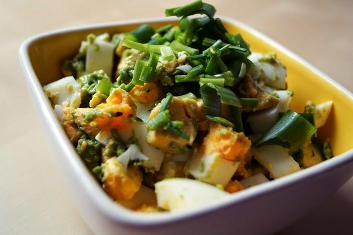 Paleo-Salat mit Eiern und Avocado