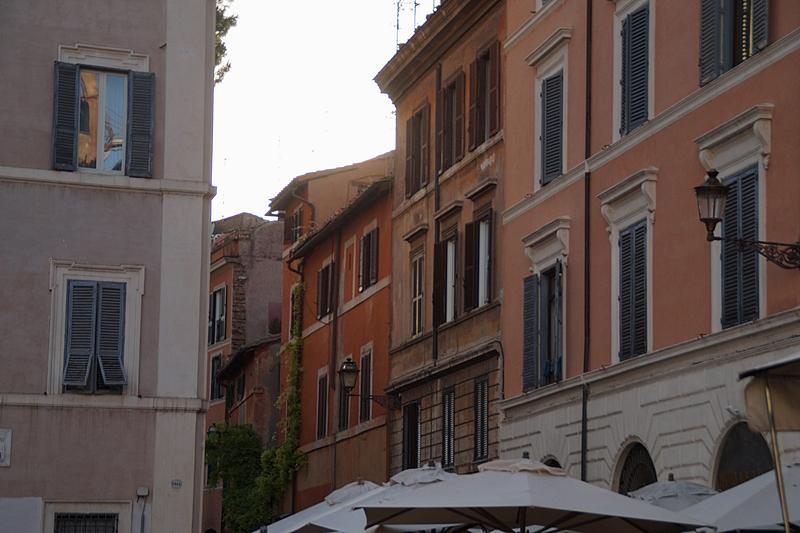 Sommerabend in Rom Gassen Piazzo historische Fassaden Restaurants