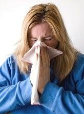 Donna con l'influenza che prende l'uncaria
