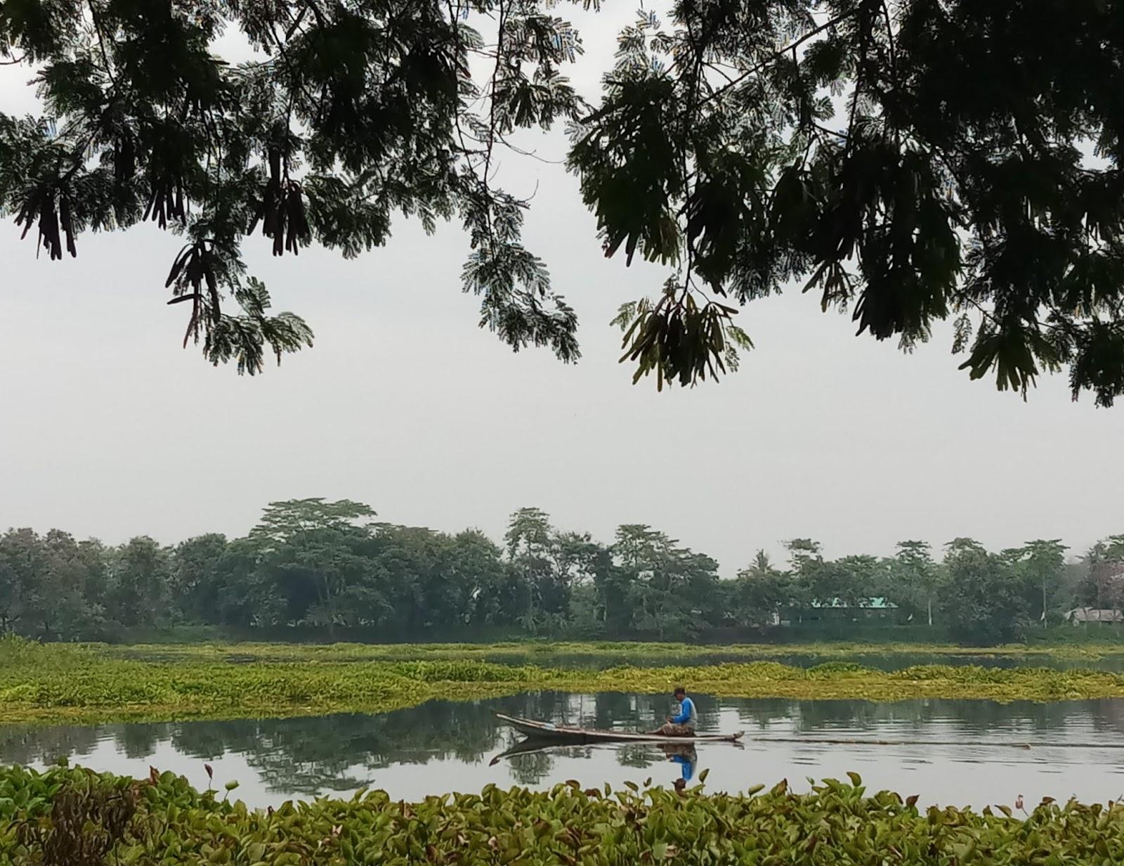 Kebetulan saat itu ada seorang warga setempat yang tengah melaju dengan perahu sampan di permukaan air situ yang tenang dan beberapa bagiannya tertutup