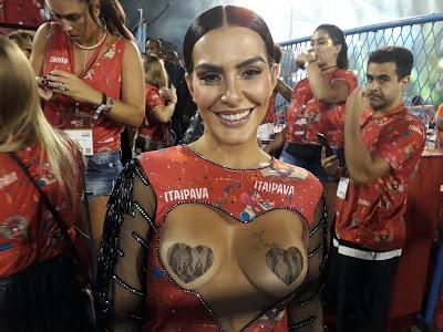 Cleo Pires usa abadá com seios à mostra no Carnaval do Rio, veja fotos