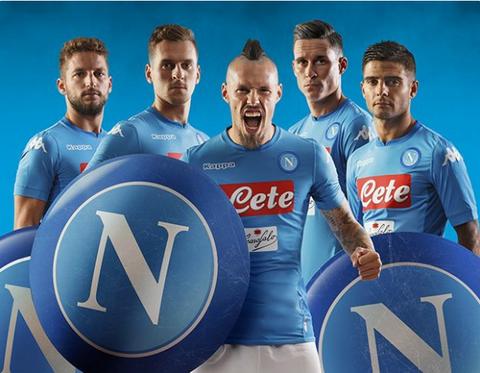 El camisetas del Napoli baratas 2017 2018 casa de los partenopeos es muy  similar al del año pasado 061f02fdcce5d