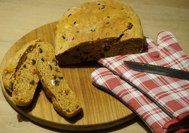Focaccia mit Oliven, getrockneten Tomaten und Schafskäse - Scheiben