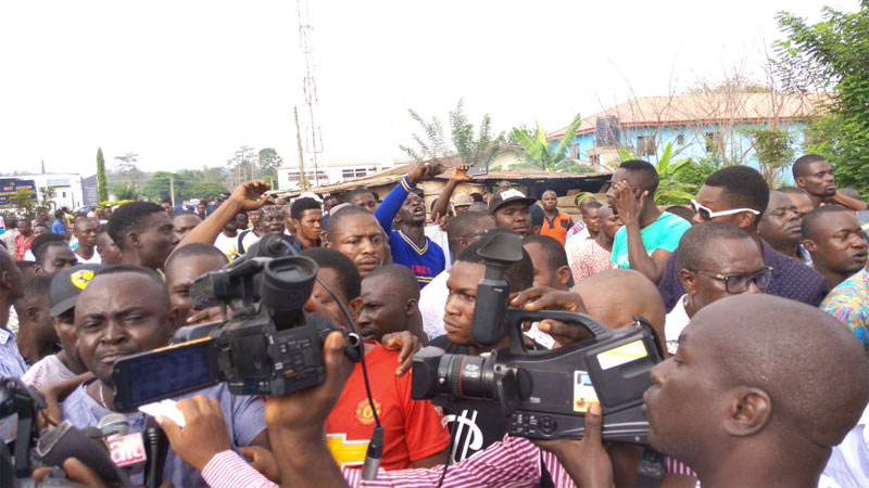 Protesters block Ondo INEC office following Appeal Court ruling on Jegede/Jimoh Ibrahim case