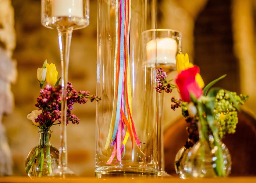 Kolorowe wstążki na stołach weselnych.