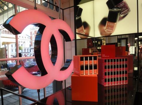 980c4c163 A bolacha do momento aqui em Londres é a pop-up store da Chanel, dedicada  exclusivamente a beleza.