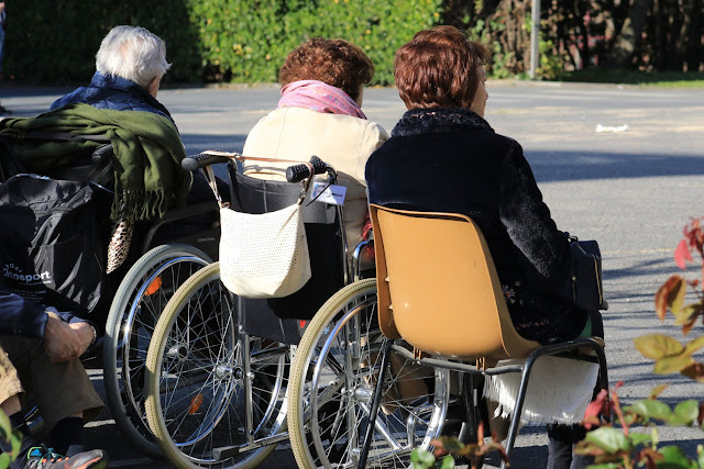 Ancianos en silla de ruedas en la residencia Miranda