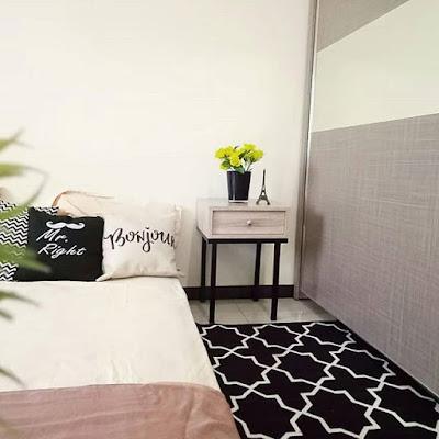 Kamar tidur kecil lantai garis hitam putih